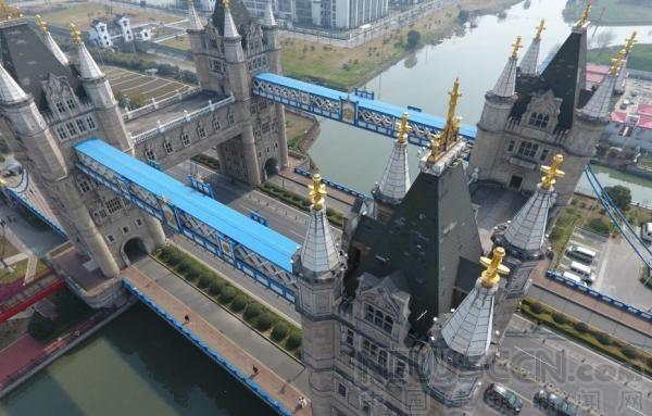 """苏州现山寨版""""伦敦塔桥"""":4座40米高塔楼组成"""